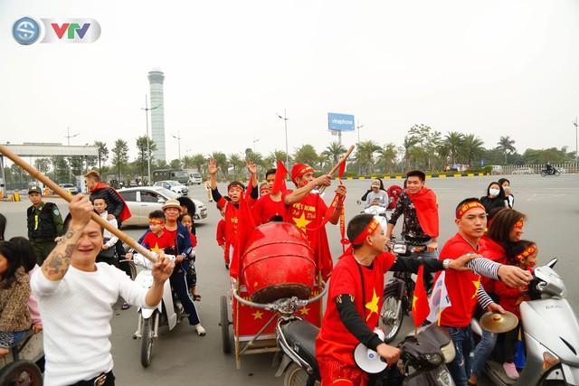 CĐV và người hâm mộ đổ về sân bay Nội Bài đón ĐT Việt Nam trở về - Ảnh 14.