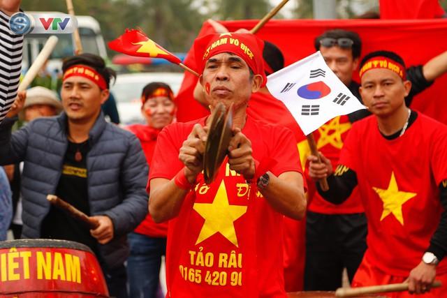 CĐV và người hâm mộ đổ về sân bay Nội Bài đón ĐT Việt Nam trở về - Ảnh 13.