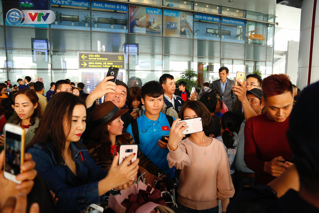 ẢNH: ĐT Việt Nam trở về trong vòng tay của người hâm mộ và gia đình - Ảnh 11.