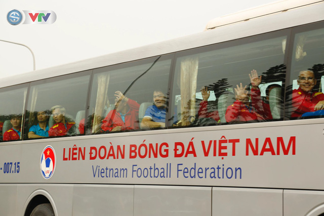 ẢNH: ĐT Việt Nam trở về trong vòng tay của người hâm mộ và gia đình - Ảnh 14.