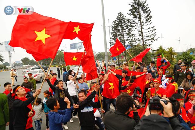 CĐV và người hâm mộ đổ về sân bay Nội Bài đón ĐT Việt Nam trở về - Ảnh 12.