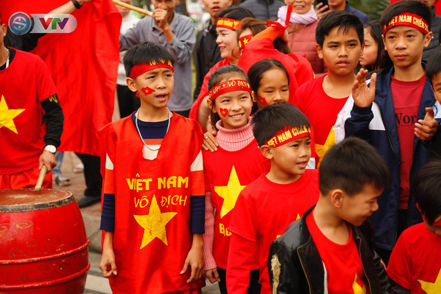 CĐV và người hâm mộ đổ về sân bay Nội Bài đón ĐT Việt Nam trở về - Ảnh 11.