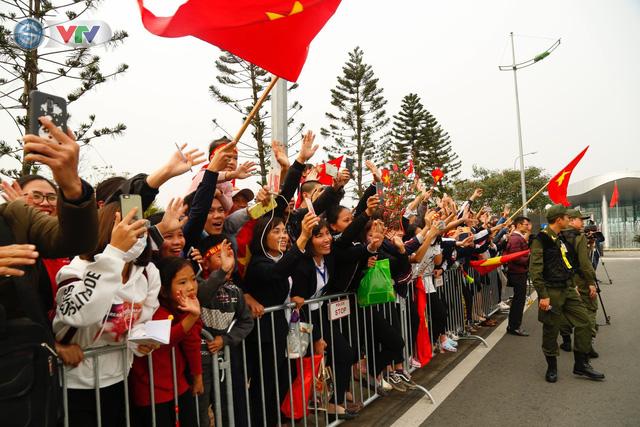 ẢNH: ĐT Việt Nam trở về trong vòng tay của người hâm mộ và gia đình - Ảnh 15.
