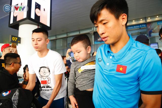 ẢNH: ĐT Việt Nam trở về trong vòng tay của người hâm mộ và gia đình - Ảnh 10.