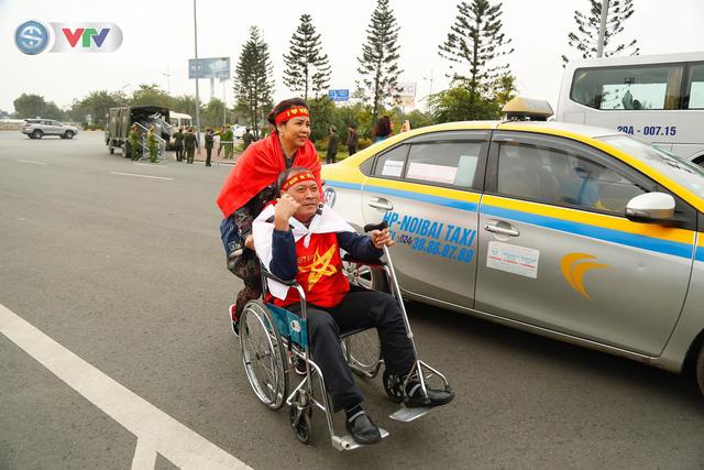 CĐV và người hâm mộ đổ về sân bay Nội Bài đón ĐT Việt Nam trở về - Ảnh 10.