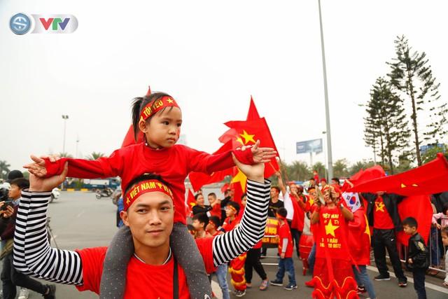 CĐV và người hâm mộ đổ về sân bay Nội Bài đón ĐT Việt Nam trở về - Ảnh 1.
