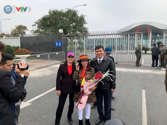 CĐV và người hâm mộ đổ về sân bay Nội Bài đón ĐT Việt Nam trở về - Ảnh 7.