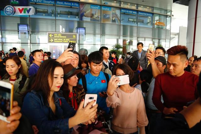 ẢNH: ĐT Việt Nam trở về trong vòng tay của người hâm mộ và gia đình - Ảnh 9.