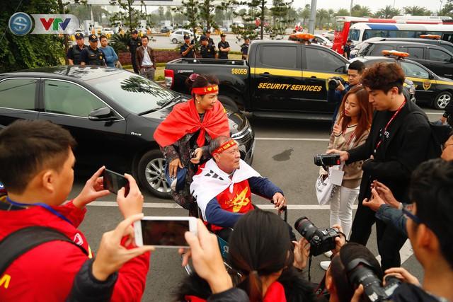 CĐV và người hâm mộ đổ về sân bay Nội Bài đón ĐT Việt Nam trở về - Ảnh 9.