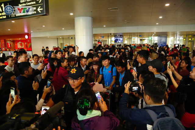 ẢNH: ĐT Việt Nam trở về trong vòng tay của người hâm mộ và gia đình - Ảnh 8.