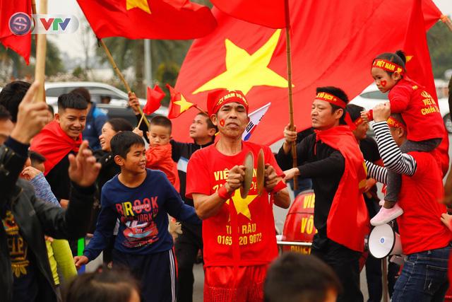 CĐV và người hâm mộ đổ về sân bay Nội Bài đón ĐT Việt Nam trở về - Ảnh 6.