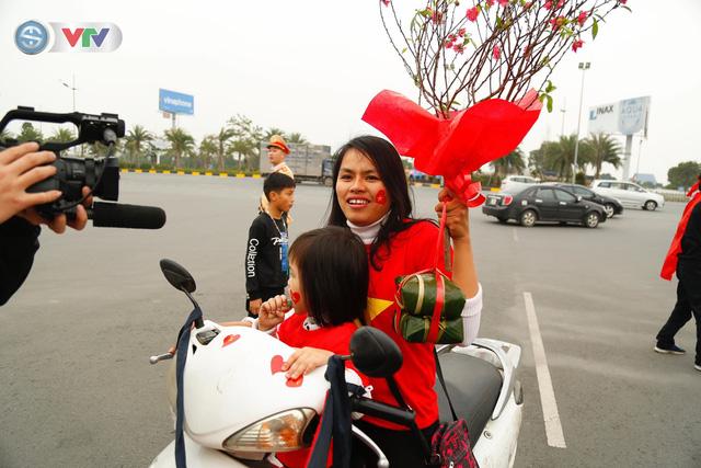 CĐV và người hâm mộ đổ về sân bay Nội Bài đón ĐT Việt Nam trở về - Ảnh 3.