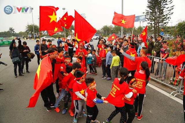 CĐV và người hâm mộ đổ về sân bay Nội Bài đón ĐT Việt Nam trở về - Ảnh 5.