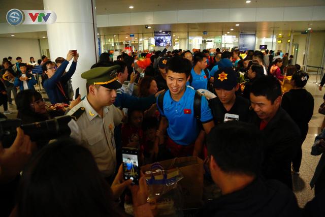 ẢNH: ĐT Việt Nam trở về trong vòng tay của người hâm mộ và gia đình - Ảnh 7.