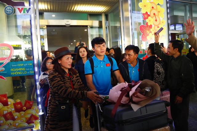 ẢNH: ĐT Việt Nam trở về trong vòng tay của người hâm mộ và gia đình - Ảnh 6.