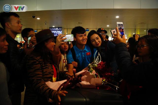 ẢNH: ĐT Việt Nam trở về trong vòng tay của người hâm mộ và gia đình - Ảnh 5.