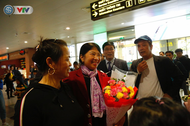 ẢNH: ĐT Việt Nam trở về trong vòng tay của người hâm mộ và gia đình - Ảnh 4.