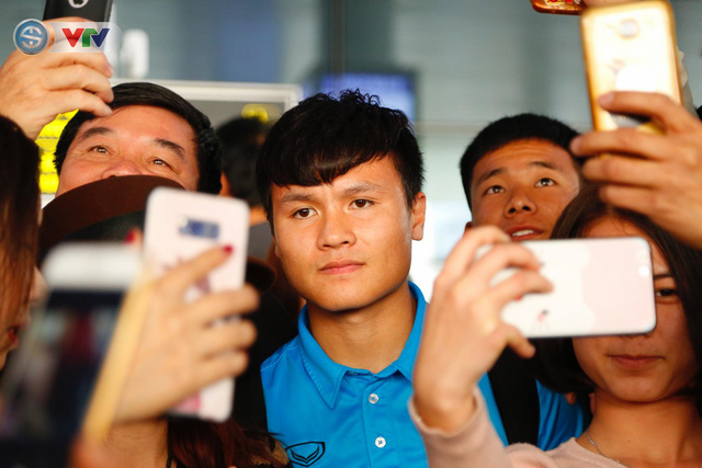 ẢNH: ĐT Việt Nam trở về trong vòng tay của người hâm mộ và gia đình - Ảnh 2.