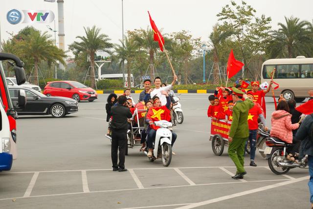 CĐV và người hâm mộ đổ về sân bay Nội Bài đón ĐT Việt Nam trở về - Ảnh 4.