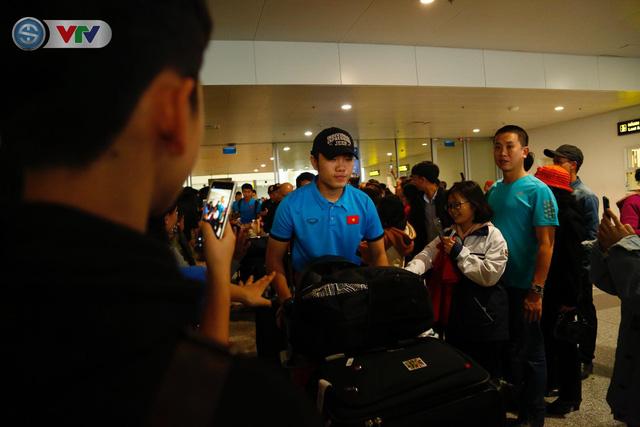 ẢNH: ĐT Việt Nam trở về trong vòng tay của người hâm mộ và gia đình - Ảnh 1.