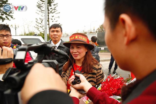 CĐV và người hâm mộ đổ về sân bay Nội Bài đón ĐT Việt Nam trở về - Ảnh 8.