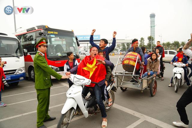 CĐV và người hâm mộ đổ về sân bay Nội Bài đón ĐT Việt Nam trở về - Ảnh 2.
