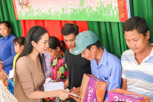 Trịnh Kim Chi, Long Nhật và dàn nghệ sĩ trao quà Tết cho bà con nghèo nhân dịp Tết Kỷ Hợi - Ảnh 1.