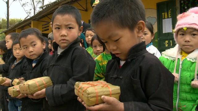 Quỹ Tấm lòng Việt mang Tết sớm đến với học sinh trường PT Dân tộc bán trú Tiểu học xã Lũng Cú - Ảnh 3.