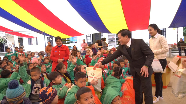 Quỹ Tấm lòng Việt trao tặng hàng nghìn suất quà cùng học bổng tới học trò nghèo trong 5 tháng đầu năm 2019 - Ảnh 10.