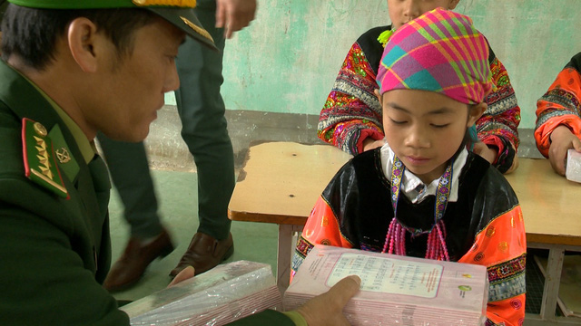 Quỹ Tấm lòng Việt mang Tết sớm đến với học sinh trường PT Dân tộc bán trú Tiểu học xã Lũng Cú - Ảnh 2.