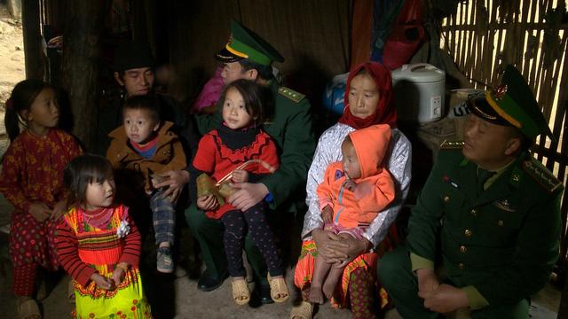 Quỹ Tấm lòng Việt mang Tết sớm đến với học sinh trường PT Dân tộc bán trú Tiểu học xã Lũng Cú - Ảnh 1.