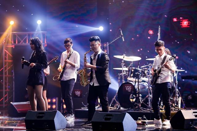 Ban nhạc hát Xoay quanh một chữ tiền khiến 4 HLV Ban nhạc Việt giành giật - Ảnh 2.