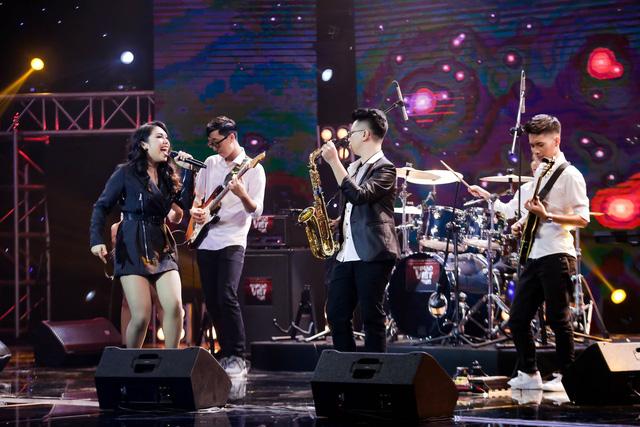Ban nhạc hát Xoay quanh một chữ tiền khiến 4 HLV Ban nhạc Việt giành giật - Ảnh 1.