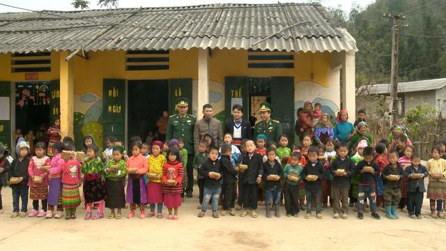 Quỹ Tấm lòng Việt trao tặng hàng nghìn suất quà cùng học bổng tới học trò nghèo trong 5 tháng đầu năm 2019 - Ảnh 15.