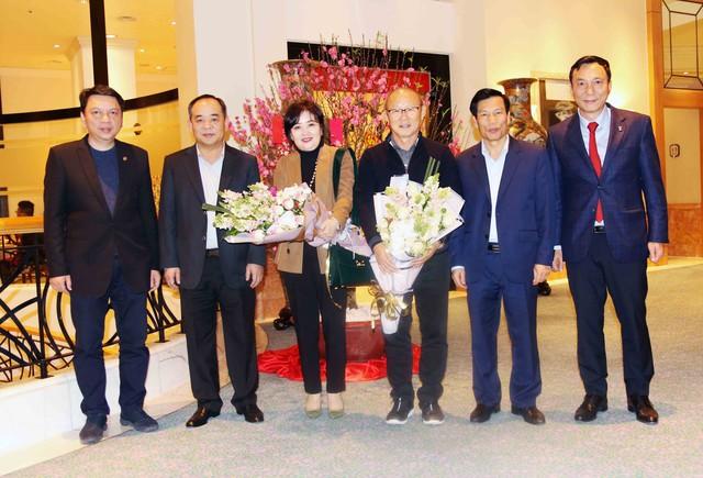 HLV Park Hang-seo nhận quà tặng của Thủ tướng trước khi về nước ăn Tết - Ảnh 1.