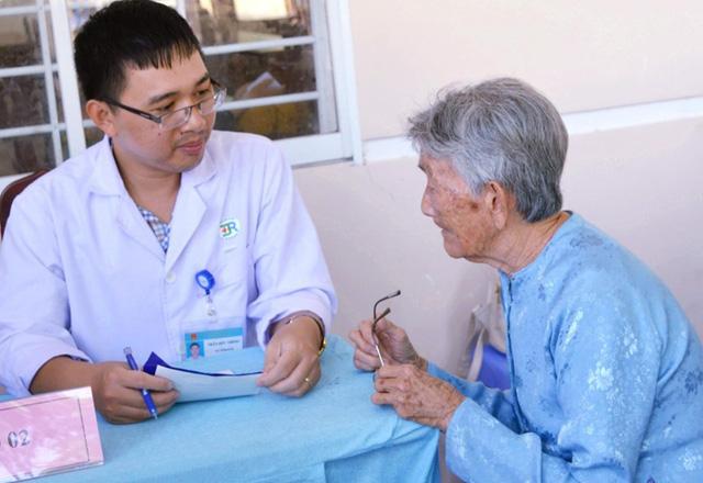 Khám, tư vấn, cấp thuốc miễn phí cho 150 người cao tuổi - Ảnh 4.