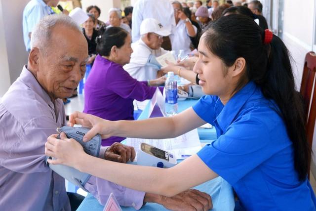Khám, tư vấn, cấp thuốc miễn phí cho 150 người cao tuổi - Ảnh 3.