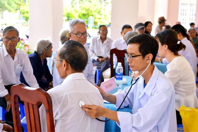 Khám, tư vấn, cấp thuốc miễn phí cho 150 người cao tuổi - Ảnh 2.