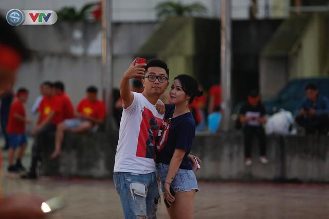 ĐT Việt Nam – ĐT Malaysia: Rực rỡ sắc màu CĐV trước trận đấu - Ảnh 14.