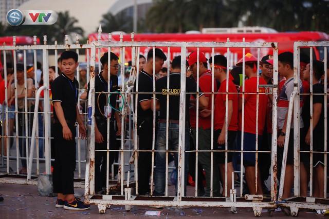 ĐT Việt Nam – ĐT Malaysia: Rực rỡ sắc màu CĐV trước trận đấu - Ảnh 13.