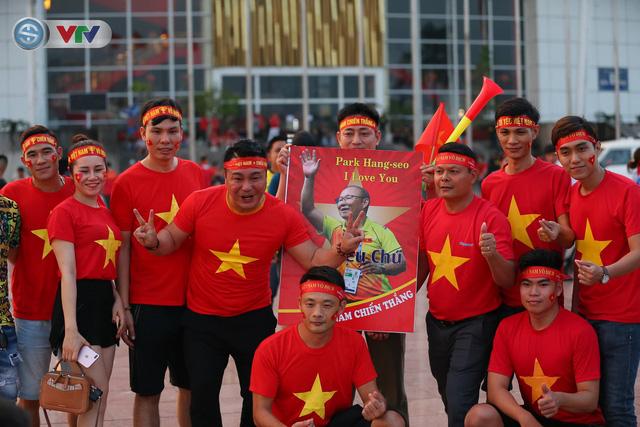 ĐT Việt Nam – ĐT Malaysia: Rực rỡ sắc màu CĐV trước trận đấu - Ảnh 11.