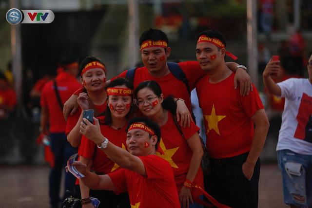 ĐT Việt Nam – ĐT Malaysia: Rực rỡ sắc màu CĐV trước trận đấu - Ảnh 10.