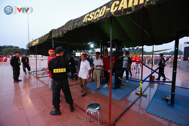 ĐT Việt Nam – ĐT Malaysia: Rực rỡ sắc màu CĐV trước trận đấu - Ảnh 9.