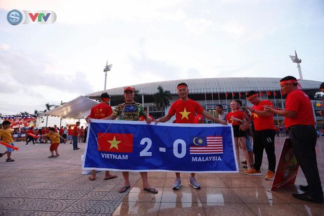 ĐT Việt Nam – ĐT Malaysia: Rực rỡ sắc màu CĐV trước trận đấu - Ảnh 8.