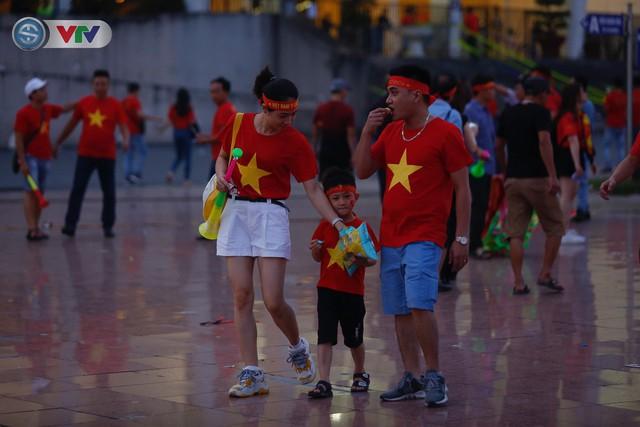ĐT Việt Nam – ĐT Malaysia: Rực rỡ sắc màu CĐV trước trận đấu - Ảnh 7.