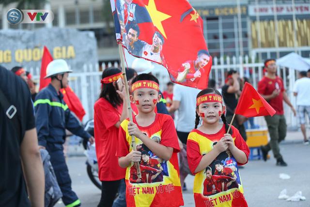 ĐT Việt Nam – ĐT Malaysia: Rực rỡ sắc màu CĐV trước trận đấu - Ảnh 6.