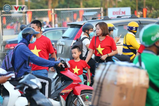 ĐT Việt Nam – ĐT Malaysia: Rực rỡ sắc màu CĐV trước trận đấu - Ảnh 5.