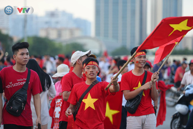 ĐT Việt Nam – ĐT Malaysia: Rực rỡ sắc màu CĐV trước trận đấu - Ảnh 4.