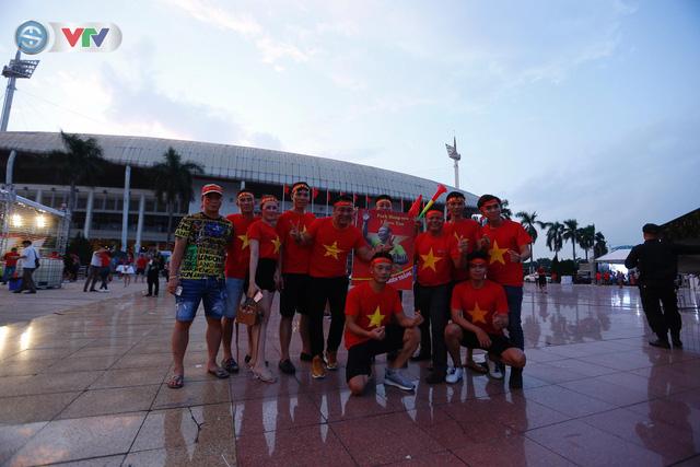 ĐT Việt Nam – ĐT Malaysia: Rực rỡ sắc màu CĐV trước trận đấu - Ảnh 3.