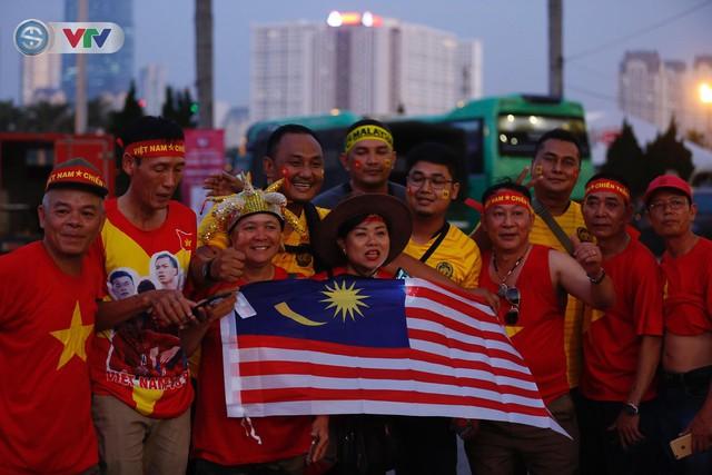 ĐT Việt Nam – ĐT Malaysia: Rực rỡ sắc màu CĐV trước trận đấu - Ảnh 2.